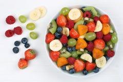 Фруктовый салат с плодоовощами как клубники, голубики и apric Стоковое фото RF