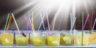 фруктовый сок свежий и здоровый, солнечный свет панорамно стоковая фотография rf
