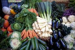 Фрукты и овощи ассортимента свежие на рынке стоковое фото rf
