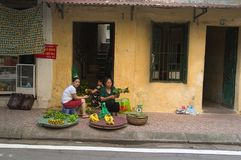 Фрукты и овощи въетнамского надувательства женщин местные Стоковое Изображение RF