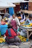 Фрукты и овощи для продажи в рынке, Перу стоковая фотография rf