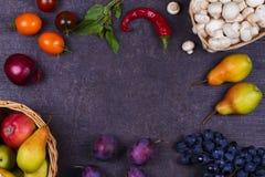 Фрукты и овощи на темной деревянной предпосылке Стоковое Изображение