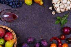 Фрукты и овощи на темной деревянной предпосылке Стоковая Фотография