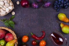 Фрукты и овощи на темной деревянной предпосылке Стоковая Фотография RF