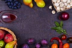 Фрукты и овощи на темной деревянной предпосылке Стоковые Фото