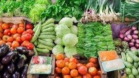 Фрукты и овощи на традиционном рынке стоковое фото