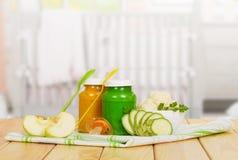 Фрукты и овощи пюра младенца на кухне предпосылки Стоковые Фото
