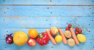 Фрукты и овощи, плоское положение стоковое изображение rf