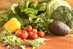 Фрукты и овощи любят томаты, желтый болгарский перец, брокколи, петрушка аранжированная в группе, естественный натюрморт для здор Стоковые Изображения