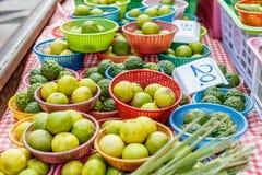 Фрукт и овощ в пластичных корзинах на известном рынке Maeklong железнодорожном, провинции Samut Songkhram, Таиланде Стоковые Изображения