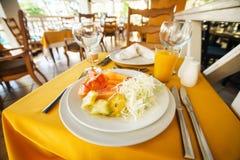 Фрукт и овощ на плите в ресторане Стоковые Изображения RF