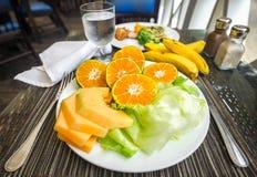 Фрукт и овощ на плите Стоковое Изображение