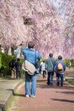 ФУКУСИМА, ЯПОНИЯ - АПРЕЛЬ 16,2016: Человек камеры принимает фото плача Стоковое Изображение