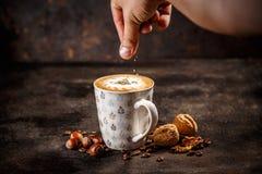 Фундук и приправленный грецким орехом latte кофе стоковая фотография