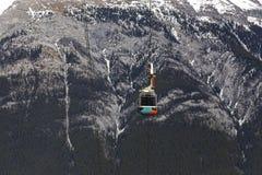 Фуникулер гондолы горы серы поднимает канадский национальный парк Banff скалистых гор стоковая фотография