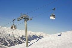 фуникулер над наклоном лыжи стоковое фото