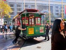 Фуникулер поворота работников вокруг на железнодорожном turntable Стоковые Изображения