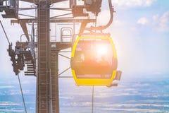фуникулярное спускает к ноге горы в польских горах, фуникулярном напротив голубого неба в горах, стоковое фото
