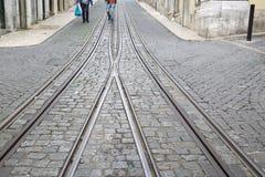 Фуникулярные следы трамвая, улица Rua da Bica de Duarte Belo; Лиссабон Стоковая Фотография