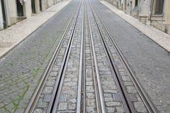 Фуникулярные следы трамвая, улица Rua da Bica de Duarte Belo; Лиссабон Стоковое фото RF