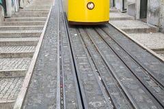 Фуникулярные трамвай и след, улица Rua da Bica de Duarte Belo; Lis Стоковое фото RF