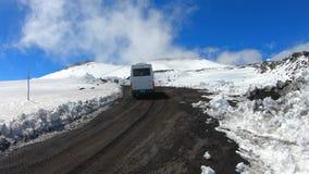 Фуникулярный виллис управляя туристами к верхней части изумительного вулкана Этна на солнечный день с голубым небом выше акции видеоматериалы