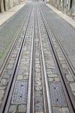 Фуникулярный след трамвая, улица Rua da Bica de Duarte Belo; Лиссабон Стоковые Фото