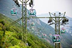 Фуникулеры над тропическими деревьями в Гонконге Стоковые Изображения RF