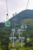 Фуникулеры над тропическими деревьями в Гонконге Стоковые Фото