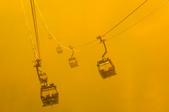 Фуникулеры силуэта в тумане Стоковое Изображение RF