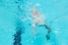 Фунты молодые мальчика в бассейне стоковые изображения