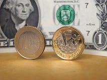 1 фунт и 1 монетка евро, и одно примечание доллара над предпосылкой металла Стоковое Изображение RF