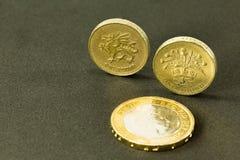 Фунт монеток английского фунта 1 и 2, стоковые изображения