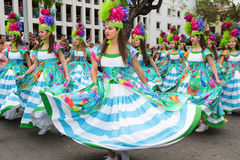 Фуншал, Мадейра - 20-ое апреля 2015: Маленькие девочки танцуя в фестивале цветка Мадейры Стоковые Фото