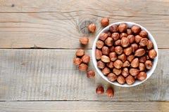 Фундуки в шаре на деревянном столе Стоковые Фото
