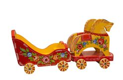 Фура игрушки младенца вытягиванная 2 лошадями Русские народные искусства и ремесла syuzma России реки зоны arkhangelsk стоковое изображение rf
