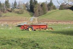 Фура и поле фермы стоковые фото