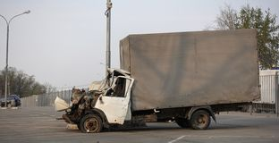 Фургон груза сломанный в дорожном происшествии E Прифронтовое столкновение стоковое изображение