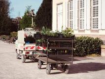 Фургон садовника в зеленом парке весны Стоковые Изображения