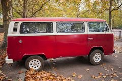 Фургон типа 2 или T2 Фольксвагена красный, взгляд со стороны Стоковое Изображение