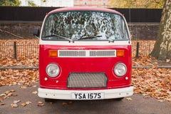 Фургон типа 2 или T2 Фольксвагена красный, вид спереди Стоковое фото RF