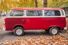 Фургон типа 2 Фольксвагена красный, взгляд со стороны Стоковое Изображение RF