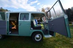 Фургон транспортера Vw классический располагаясь лагерем Стоковое Изображение RF