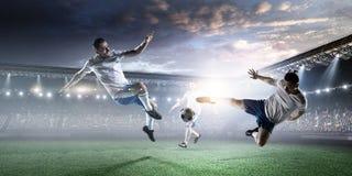 Футболисты на стадионе в действии Мультимедиа стоковая фотография