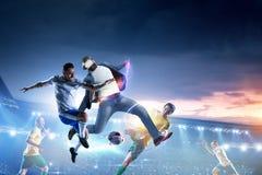 Футболисты на стадионе в действии r стоковые изображения
