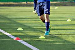 Футболисты футбола во время тренировки команды перед спичкой Тренировки для команды молодости футбола футбола игрок Стоковые Фотографии RF