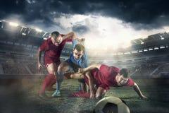 Футболист в движении на поле стадиона стоковые фотографии rf