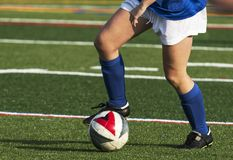Футболист контролируя шарик во время игры стоковые изображения rf
