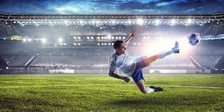 Футболист на стадионе в действии Мультимедиа стоковое изображение