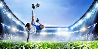 Футболист на стадионе в действии Мультимедиа стоковые изображения